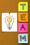 与想法电灯泡的队概念 免版税库存照片