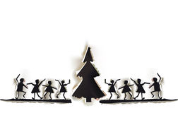 与愉快的人民和圣诞树的被剥去的纸背景 免版税图库摄影