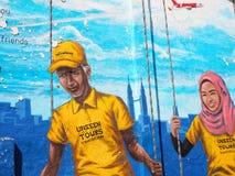 与愉快的夫妇的街道艺术在双子楼前面在吉隆坡 免版税库存图片