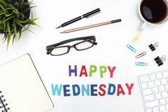 与愉快的星期三词的办公桌桌 库存图片