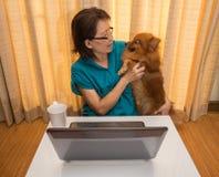 与愉快的狗书桌的妇女戏剧 免版税库存图片