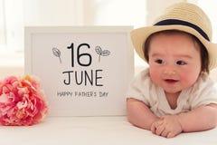 与愉快的男婴的父亲节按摩 免版税库存照片