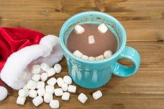 与愉快的面孔的圣诞节热巧克力 免版税库存照片