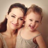 与愉快的年轻母亲一起的笑的孩子 特写镜头 免版税图库摄影