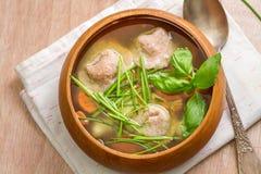 与意大利意大利式饺子的冬天温暖的汤 免版税图库摄影