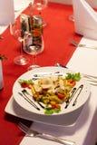 与意大利意大利面食的表在餐馆 图库摄影