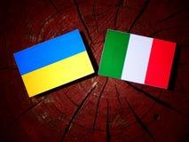 与意大利旗子的乌克兰旗子在被隔绝的树桩 向量例证