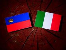 与意大利旗子的列支敦士登旗子在被隔绝的树桩 皇族释放例证
