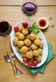 与意大利煨饭球arancini,绿色ol的健康意大利开胃菜 库存照片