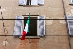 与意大利的旗子的窗口 库存照片