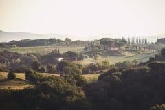 与意大利秋天农田的壮观的看法在托斯卡纳 图库摄影