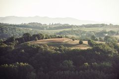 与意大利秋天农田的壮观的看法在托斯卡纳 免版税库存图片