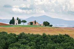 与意大利秋天领域和山的壮观的看法在tus 免版税库存图片
