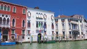 与意大利语的古老大厦和欧盟旗子在威尼斯,观光的小船游览 股票视频