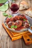 与意大利面团的自创丸子在土气wo的煎锅 免版税库存照片