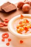 与意大利面团的蔬菜汤以心脏的形式 免版税库存照片