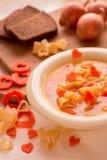 与意大利面团的蔬菜汤以心脏的形式 库存图片