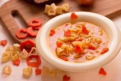 与意大利面团的蔬菜汤以心脏的形式 免版税图库摄影