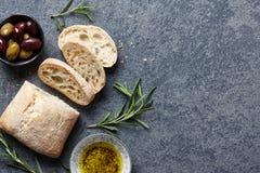与意大利ciabatta的食物背景 免版税库存照片
