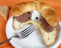 与意大利gelato的新月形面包 库存图片