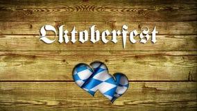与慕尼黑啤酒节口号和心形的保险开关的木背景 库存照片