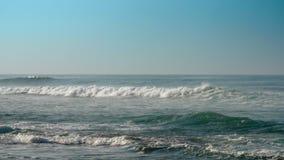 与慢白色的泡沫的巨大不尽的海浪 股票视频