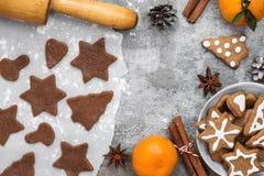 与成份的姜饼曲奇饼烹调的圣诞节姜饼曲奇饼、蜜桔和装饰 库存照片