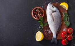 与成份的鲜鱼dorado烹调的 库存照片