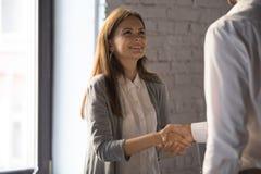 与成功的商人握手激动的女工问候 免版税库存图片