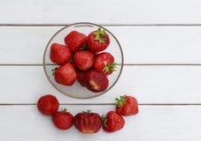 与成熟水多的草莓位置的静物画在盘和关闭 免版税库存图片
