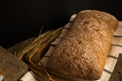 与成熟谷物刀片的新鲜面包 库存照片