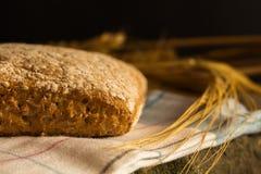 与成熟谷物刀片的新鲜面包 免版税库存图片