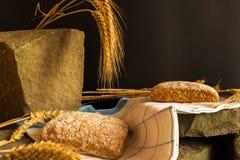 与成熟谷物刀片的新鲜面包 图库摄影