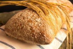 与成熟谷物刀片的新鲜面包 库存图片