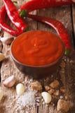 与成份特写镜头的辣泰国辣椒Sriracha调味汁 Vert 免版税库存照片