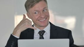 与我们联系,告诉我由商人打手势 股票录像