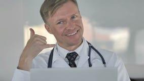与我们联系,告诉我由诊所的医生打手势 股票视频