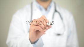 与我们,在透明屏幕上的医生文字联系 库存图片