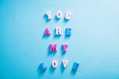 与我爱你在上写字的心脏在蓝色背景 华伦泰` s日概念 库存照片
