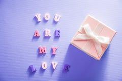 与我爱你在上写字的心脏在蓝色背景 华伦泰` s日概念 库存图片