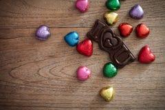 与我爱你的巧克力心脏在木桌上 免版税库存图片