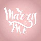 与我结婚与结婚提议的卡片 定婚晚会邀请 浪漫独特的字法 也corel凹道例证向量 免版税库存图片