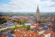 与我们的布鲁日夫人顶视图教会的都市风景  免版税库存图片
