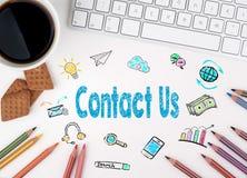 与我们,企业概念联系 浏览生意人服务台办公室万维网白色 免版税库存图片