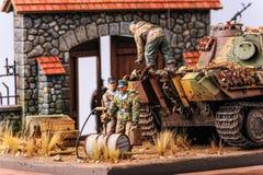与战士和德国坦克豹的缩样 免版税库存照片