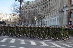 与战士的军事游行 免版税库存照片