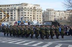 与战士的军事游行 免版税图库摄影