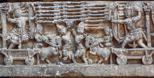 与战士,箭头的战士场面和军队的艺术性的reloief有弓的 12世纪寺庙艺术品在印度 库存照片