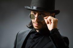 与戴黑高顶丝质礼帽的人的葡萄酒概念 免版税库存照片