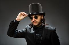 与戴黑高顶丝质礼帽的人的葡萄酒概念 库存照片